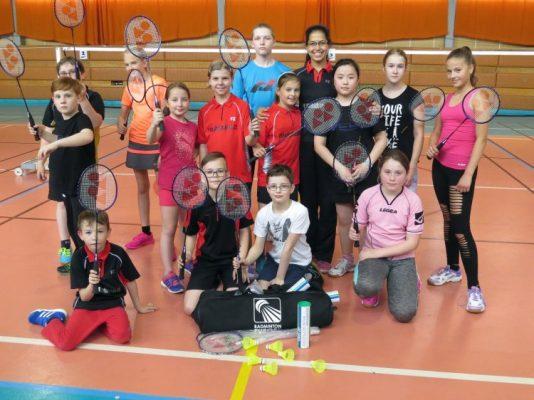 Most - Badmintonový klub Super Stars Most byl Českým badmintonovým svazem vyhodnocen jako klub s největší členskou základnou v České republice. Nejenže jsme dlouhodobě jedním z nejúspěšnějších klubů, ale díky aktivnímu rozvoji také klubem s největší členskou základnou. Na rozdíl od snižující se základny aktivních hráčů napříč ústeckým krajem, ale bohužel i v národním měřítku, se badmintonový klub Super Stars Most stále rozšiřuje a jeho projekty se těší stále většímu zájmu. Často padají otázky, co za tím stojí. Je to hlavně aktivní práce vedení klubu, které se snaží pro své členy připravovat velmi zajímavé projekty s cíli na mnoha úrovních. Prioritou je samozřejmě výkonnostní badminton, ale nejen ten je v Super Stars Most rozvíjen. Rozvíjí se mnoho projektů, které jsou zaměřeny na širokou veřejnost, amatérské hráče a mládežnický sport, který má rozvíjet osobnost sportovce. Své místo v Super Stars Most mohou najít úplně všechny výkonnostní skupiny, ale také skupiny věkové. Najdeme zde děti z mateřské školy ale i skupinu seniorů. Často se setkáváme s různými fámami, které šíří konkurence či někteří závistiví jedinci, ale i to je výsledkem úspěchu a úspěšných projektů v ČR. Pokud bychom byli slabým soupeřem, nikdo by o nás nemluvil. Škoda je jen, že se konkurence nesnaží svou energii věnovat spíše rozvoji svých projektů a tréninku svých hráčů, pak by místo šíření nepravd a mýtů mohla být také úspěšná a my bychom měli silné soupeře, kteří nás budou tlačit vpřed. Naštěstí jsou ale pro spoustu rozumných lidí ještě pořád důležitá fakta a ta jednoznačně stojí za Super Stars Most. Současným hráčům se stále otevírají nové možnosti a ani v budoucnu tomu nebude u Super Stars Most jinak.
